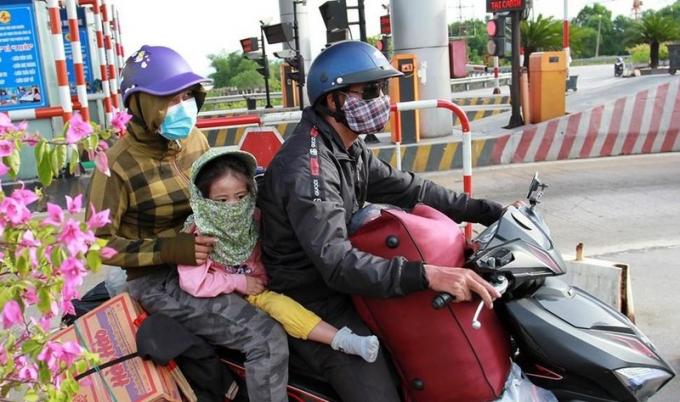 Một gia đình đã đặt chân đến Nghệ An sau hành trình dài, vất vả về quê tránh dịch.