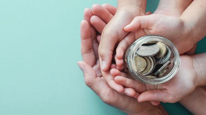 Việc minh bạch các hoạt động từ thiện của nghệ sỹ đang thu hút sự quan tâm của dư luận. (Hình minh họa)