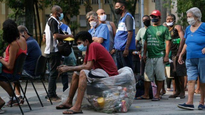 Mọi người chờ đợi để được tiêm vaccine phòng COVID-19 trong chiến dịch tiêm chủng cho những người vô gia cư ở trung tâm thành phố Rio de Janeiro, Brazil. Ảnh: Reuters (chụp ngày 27/5/2021).