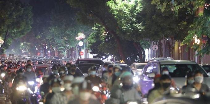 Tối 21/9, nhiều ngàn người đổ về các tuyến phố trung tâm Hà Nội.