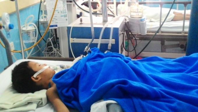Em Thái Văn Linh được đưa vào bệnh viện để cấp cứu nhưng không qua khỏi (Ảnh: Nhật Minh).