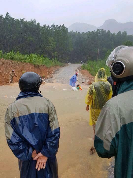 Tại huyện Minh Hóa, một số thuyến đường bị nước ngập sau gây chia cắt.