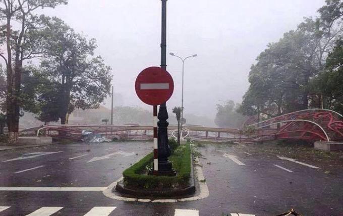 Cổng chào thành phố Đồng Hới bị đánh sập chắn ngang QL 1A gây tắc nghẽn giao thông.
