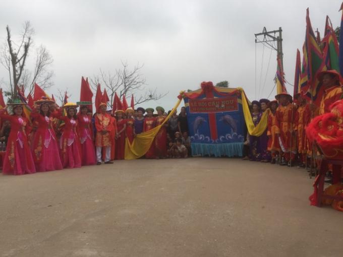 Đông đảo người dân xã Cảnh Dương và các vùng lân cạn đến tham gia Lễ Cầu Ngư. (Ảnh: Phan Ba)