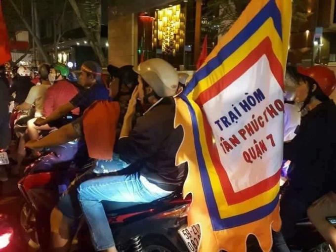 Một chiếc cờ trại hòm cũng được người hâm mộ TP Hồ Chí Minh mang đi ăn mừng.(Ảnh: FB G.T.G)