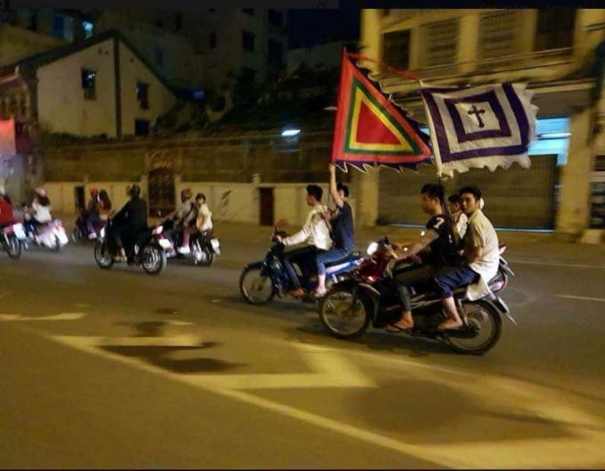 Cờ tang lễ cũng tung bay theo những đoàn người đi ăn mừng chiến thắng.(Ảnh: FB G.T.G)