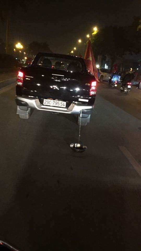 Một chiếc ô tô kéo theo chiếc chậu sắt để tạo âm thanh.(Ảnh: FB G.T.G)