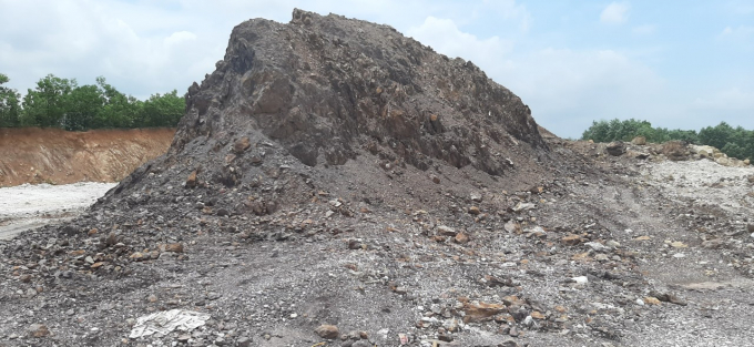 Do không được hoàn nguyên nên hễ cứ mưa lớn thì lượng đất đá trên mỏ trôi treo dòng nước gây sạt lở nghiêm trọng.