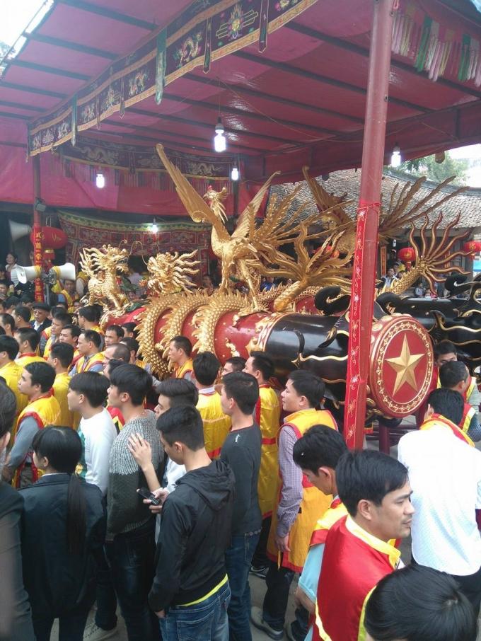 Các bậc chức sắc kiểm tra quả pháo lần cuối trước khi được rước  từ nhà truyền thống của làng ra Đình Làng