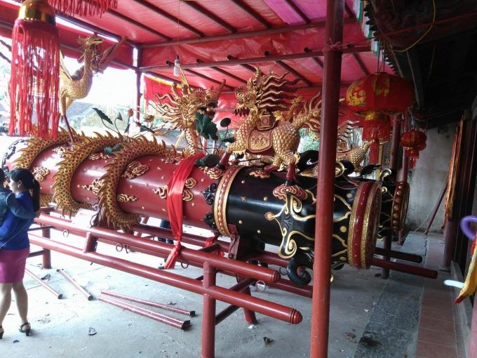 Hai quả pháo khổng lồ và những kiệu pháo được rước vòng quanh làng Đồng Kỵ và rước ra đình làng để cúng tế và thờ.