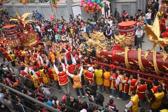 Quả pháo tiến ra từ nhà truyền thống được người dân reo hò cổ vũ