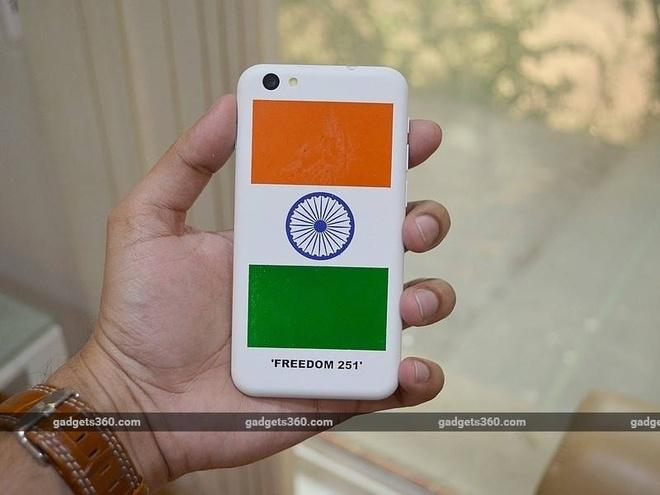 Mặt sau Freedom 251 nổi bật với quốc kỳ Ấn Độ, nhằm tôn vinh chương trình
