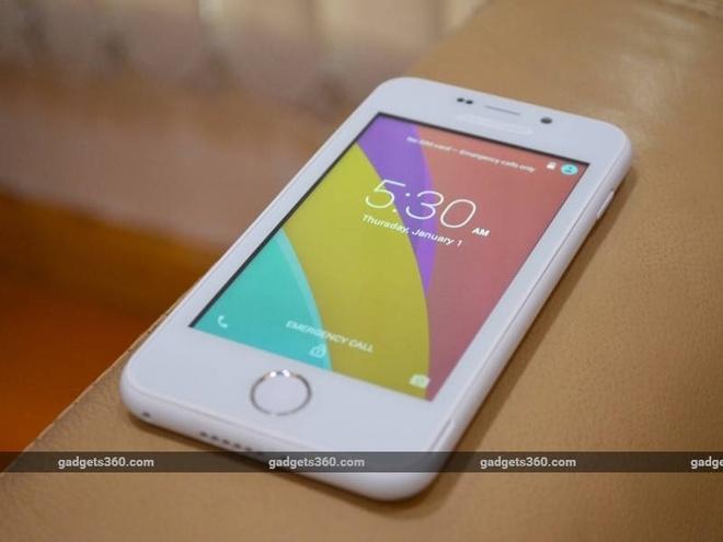 Máy có màn hình 4 inch độ phân giải 960 x 540 pixel. Kết hợp với thiết kế phím Home tròn ở mặt trước, Freedom 251 gợi liên tưởng đến kiểu dáng trên các mẫu iPhone. Sản phẩm sở hữu bộ vỏ nhựa, các cạnh được bo tròn.