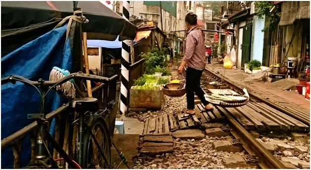 Đi chợ bán hàng ngay trên đường sắt.