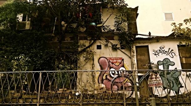 Một ngôi nhà bên cạnh đường sắt.