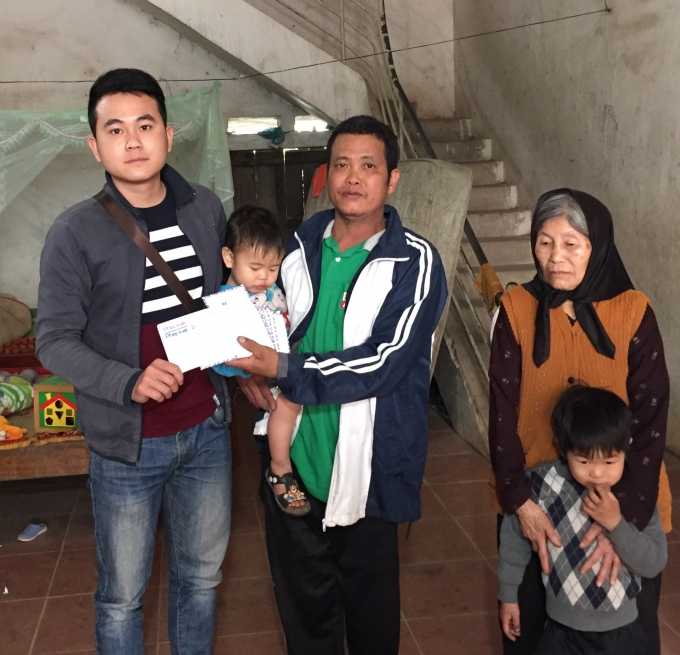 Số tiền 4.000.000 đồng được trích từ Quỹ nhịp cầu Plus đã được trao đến tận tay gia đình cụ Đào Thị Đoàn cùng các cháu mồ côi cha mẹ.