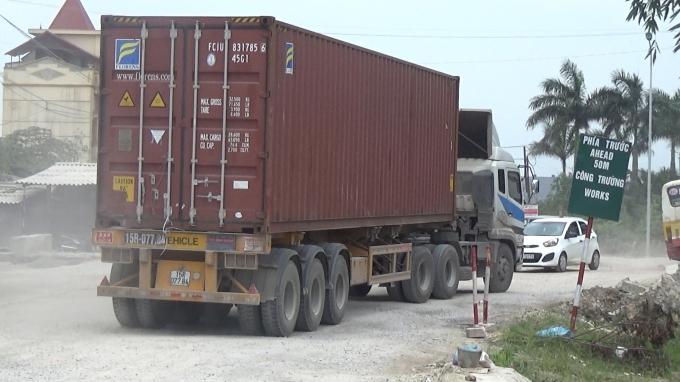 Những chiếc xe trọng tải lớn nối điêu nhau qua Quốc lộ 38.