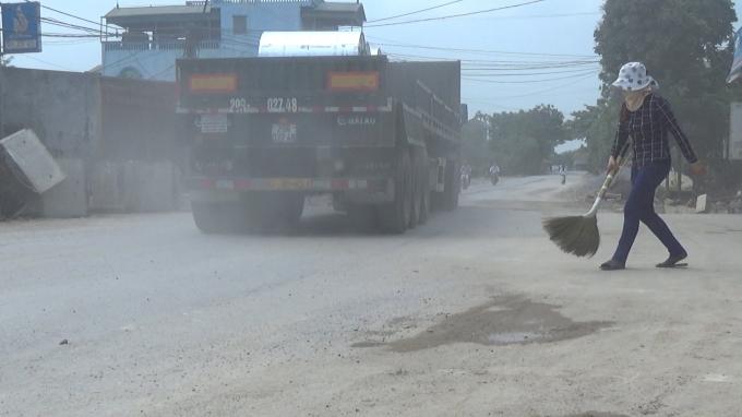 Quốc lộ 38 đang trong quá trình nâng cấp cải tạo, chất lượng mặt đường xấu, tuy nhiên thơi gian gần đây rất nhiều xe trọng tải lớn lưu thông qua tuyến đường này, gây tiếng ổn, bụi bân và làm mất an toàn giao thông.