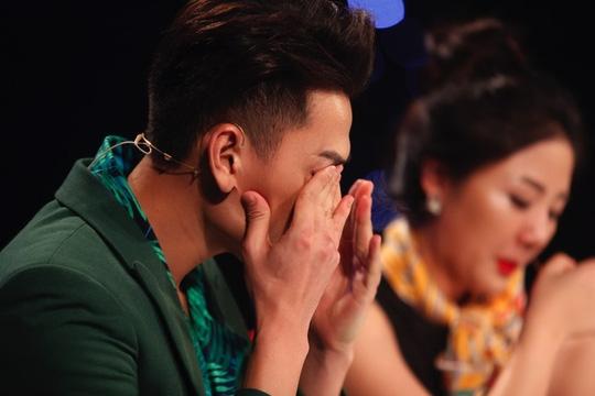 Các giám khảo xúc động rơi nước mắt khi nghe Hồ Văn Cường hát