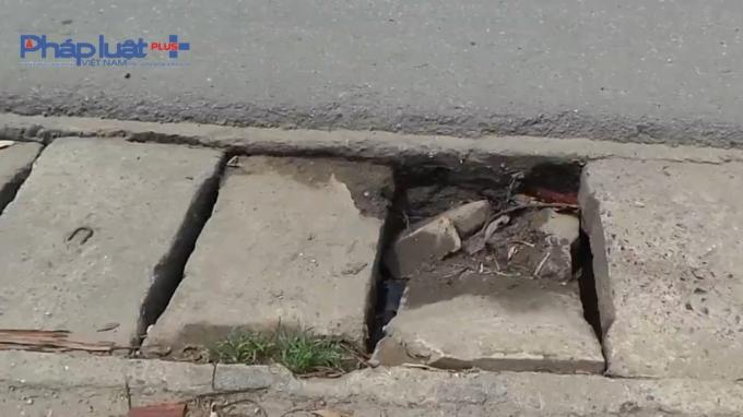 Hệ thống rãnh thoát nước 2 bên đường đã bị mất nắp đậy hoặc bị vỡ.