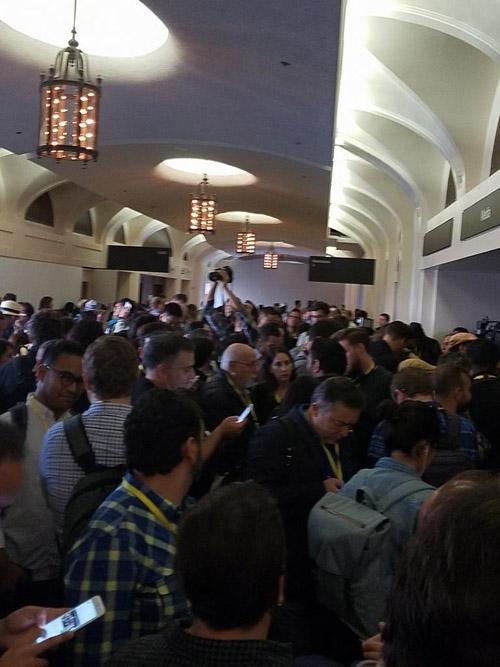 Các nhà báo công nghệ đến từ khắp nơi trên thế giới đang xếp hàng chật cứng bên ngoài sảnh chờ.