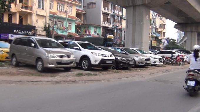 Những hàng dài xe ôt ô ngang nhiên đỗ dưới gầm đường sắt trên cao Cát Linh - Hà Đông.