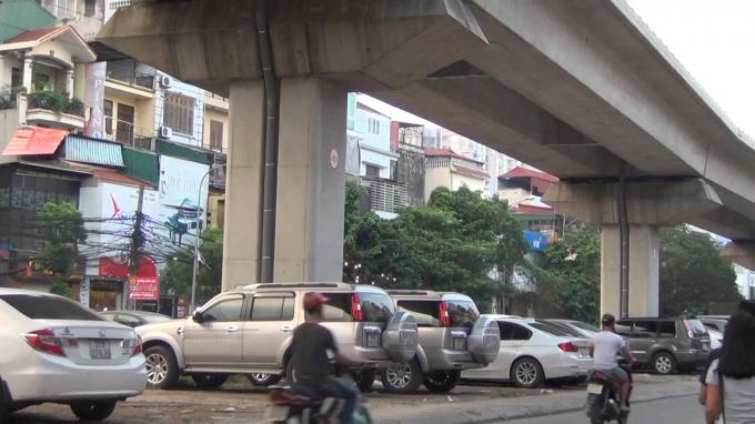 Trên đường Hào Nam (phường Ô Chợ Dừa, quận Đống Đa) với khoảng gần 2km gầm đường sắt Cát Linh – Hà Đông đã được nêm chật kín những xe ô tô.