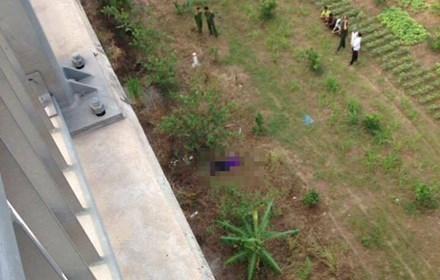 Hiện trường vụ việc ghi nam thanh niên tự tử trên cầu Nhật Tân.Ảnh: Otofun