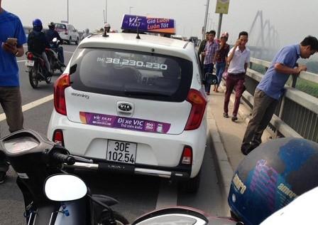 Chiếc xe ô tô hãng taxi Vic trên cầu Nhật Tân (ẢNh: otofun)