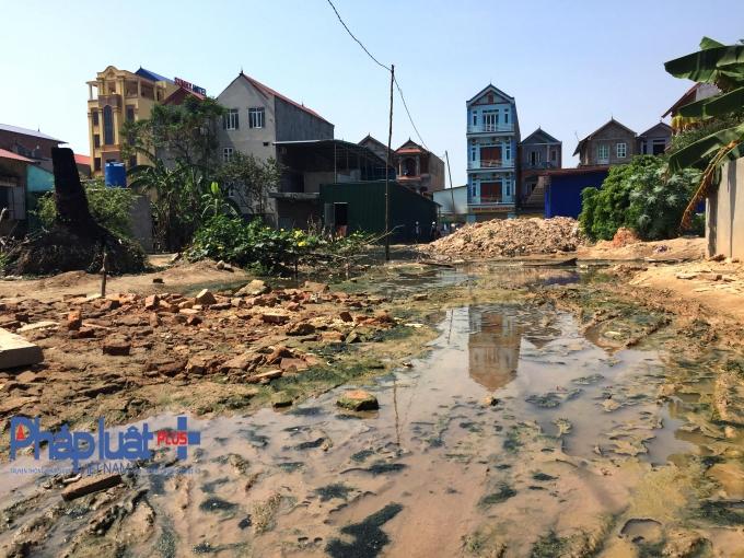 Bỏ cả trăm triệu để làm đường nhưng những gì người dân thôn Trần Xá, xã Yên Trung nhận được là ngập úng và ô nhiễm môi trường do hành vi lấn chiếm trái phép của bà Nguyễn Thị Hà.