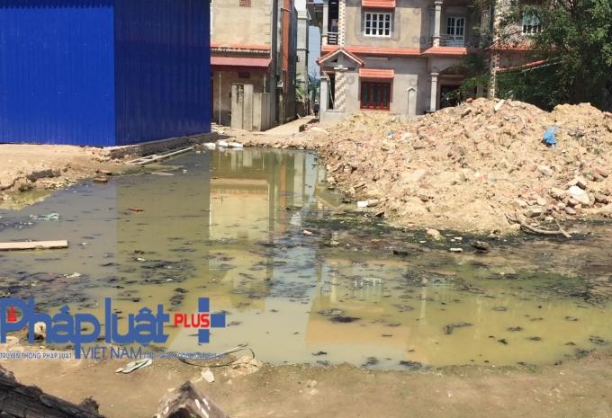 Tình trạng ngập úng, dân không có đường đi vẫn tiếp diễn cho dù đã hơn 1 tháng kể từ khi UBND xã Yên Trung ra quyết định xử phạt, yêu cầu bà Nguyễn Thị Hà dừng hành vi lấn chiếm và trả lại đường cho nhân dân.