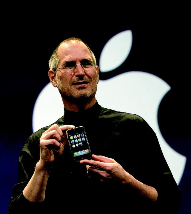 """iPhone 2G (Apple iPhone)chính là """"cha đỡ đầu"""" của ngành công nghiệp điện thoại thông minh. Chiếc smartphone này thật sự nổi bật và khác biệt rất nhiều so với bất kỳ smartphone nào khác vào thời điểm máy trình làng.  Thế hệ iPhone đời đầu còn được gọi là iPhone 2 vì chỉ hỗ trợ mạng 2G, nhằm phân biệt với iPhone 3G."""
