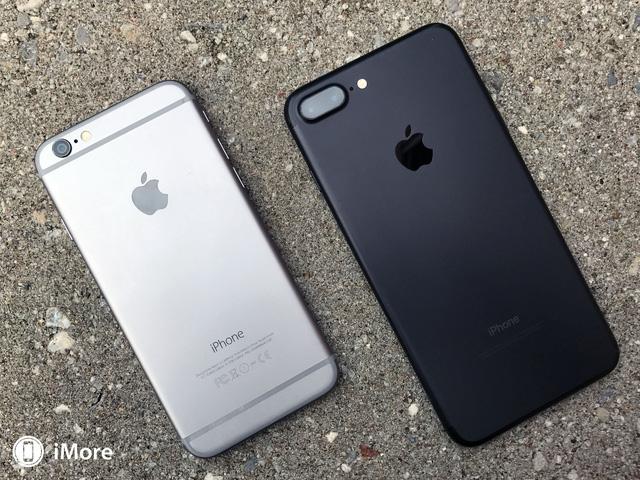 Tháng 9/2016, Apple cho ra mắt iPhone 7; và lại một lần nữa đón nhận nhiều ý kiến trái chiều. Đầu tiên đó là việc nó không sở hữu nhiều điểm mới về thiết kế so với những chiếc iPhone đã ra mắt từ năm 2014. Thứ hai, iPhone 7 loại bỏ đi jack cắm tai nghe 3,5mm quen thuộc khiến cho nhiều mẫu tai nghe trên thị trường trở nên