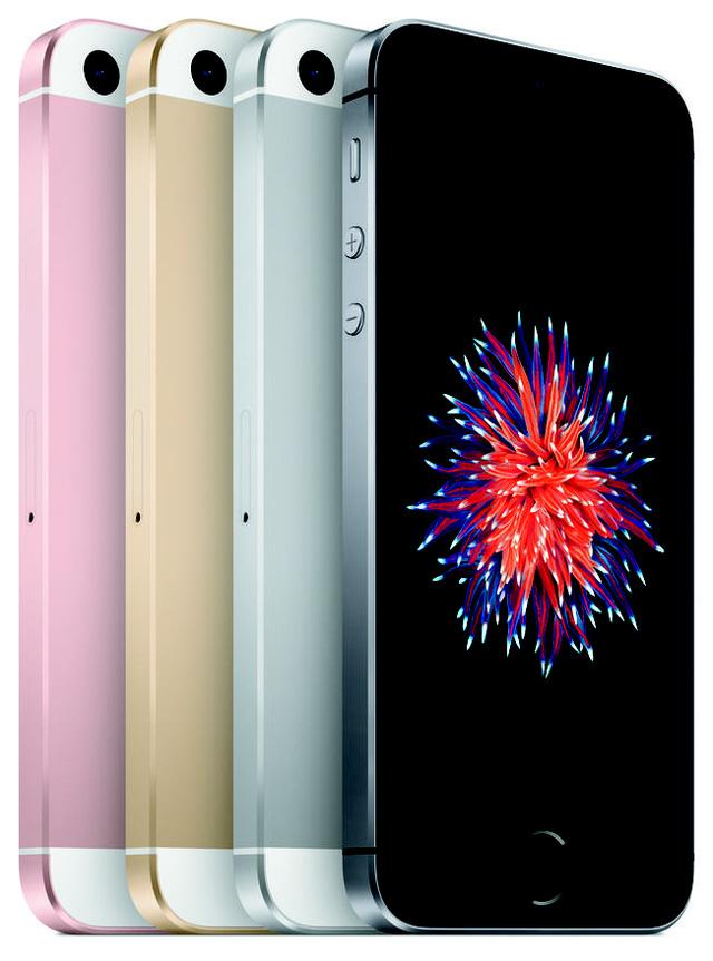 Đầu năm 2016, Apple cho ra mắt chiếc iPhone SE với thiết kế giống y hệt iPhone 5/5S nhưng với nâng cấp đáng kể về phần cứng. Đây được cho là một chiêu bài kinh doanh khác của Tim Cook, khi nhắm đến đối tượng người dùng thích iPhone 5 - nhưng đã quá cũ để sử dụng.