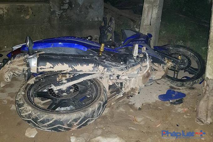 Cú đâm đã khiến đầu chiếc xe vỡ nát và hai nam thanh niên tử vòng tại chỗ.
