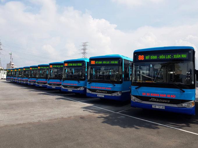 11 xe buýt có sức chứa 60 chỗ với logo, màu sơn, nhận diện thương hiệu màu sơn xanh nước biển với nhiều tiện ích tăng thêm cho khách.