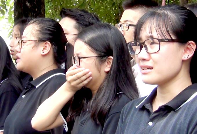 Nhiều em học sinh không cầm được nước mắt...