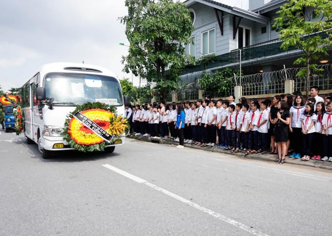 Hàng nghìn giáo viên, học sinh trường THPT Lương Thế Vinh đến trường nghẹn ngào chia tay lần cuối với người thầy đáng kính Văn Như Cương.