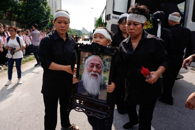 Cháu trai mang di ảnh thầy Văn Như Cương.