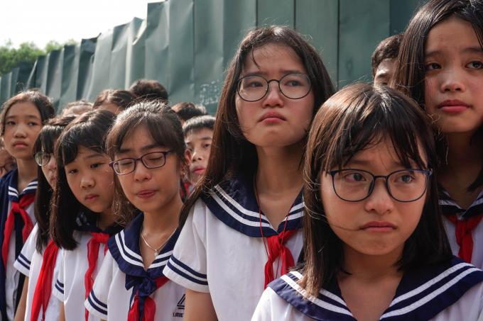 Những khuôn mặt đầy thương tiếc của các em học sinh THPT Lương Thế Vinh khi tiễn đưa người thầy đáng kính.