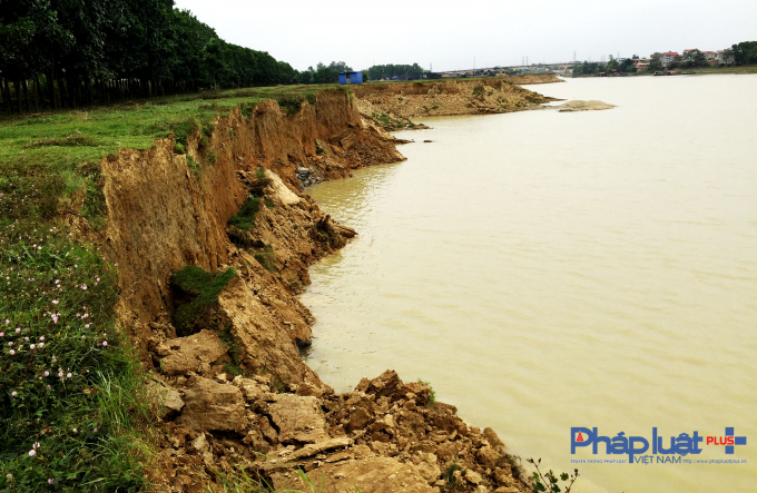 Bãi soi tại thôn Cốc Lương bị sạt lở nghiêm trọng do hoạt động hút trộm cát sỏi dưới lòng sông Cầu.