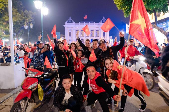 Niềm vui sướng hiện rõ trên những khuôn mặt của người dân Việt Nam khi biết tin U23 Việt Nam vừa tạo nên kỳ tích lọt vào chung kết ở một giải châu Á,