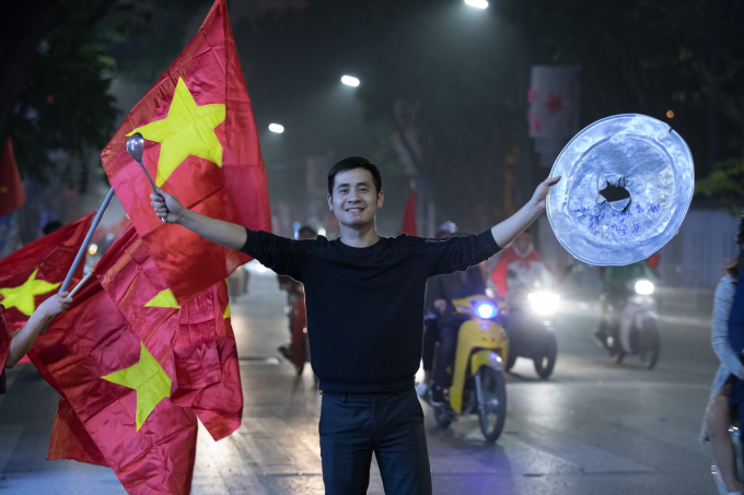 Những dụng cụ cổ động như mâm, thìa, xoong... được người dân sử dụng trong đêm ăn mừng chiến công của U23 Việt Nam.