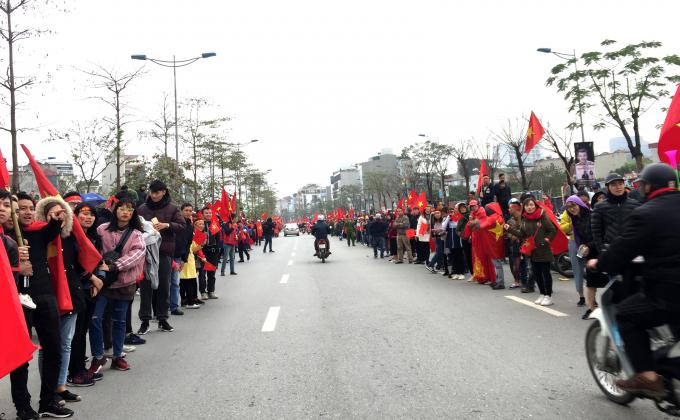 Từ 11h sáng (28/1) Đường Võ Chí Công đã được nêm chật kín bởi dòng người đứng chờ các cầu thủ U23 Việt Nam trở về từ Thường Châu (Trung Quốc).
