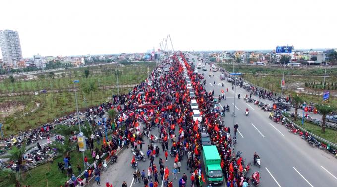 Hàng vạn người đã đổ ra đường Võ Nguyên Giáp đến cầu Nhật Tân để chúc mừng tuyển thủ.