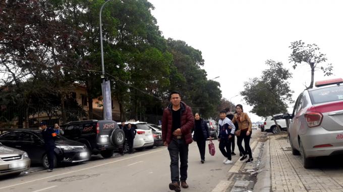 Việc bãi trông xe mọc lên trái phép khiến gười đi bộ phải xuống lòng đường để di chuyển, ảnh hưởng nghiêm trọng đến an toàn cho người tham gia giao thông.