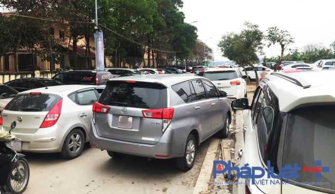 Lượng xe ra vào tại bãi trông xe ô tô trái phép ở đường Đặng Thai Mai (gần phủ Tây Hồ) tấp nập đã khiến giao thông tại đây thường xuyên ách tắc.