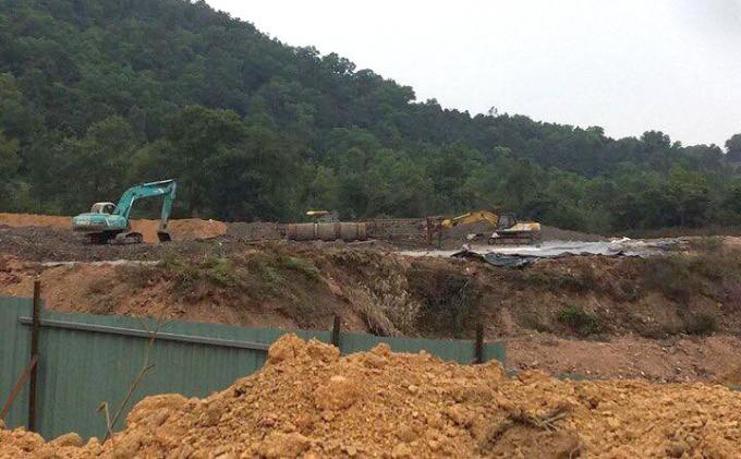 Công ty H.P đã tiến hành đổ chất thải tại rừng đặc dụng xã Hiền Ninh được một thời gian.