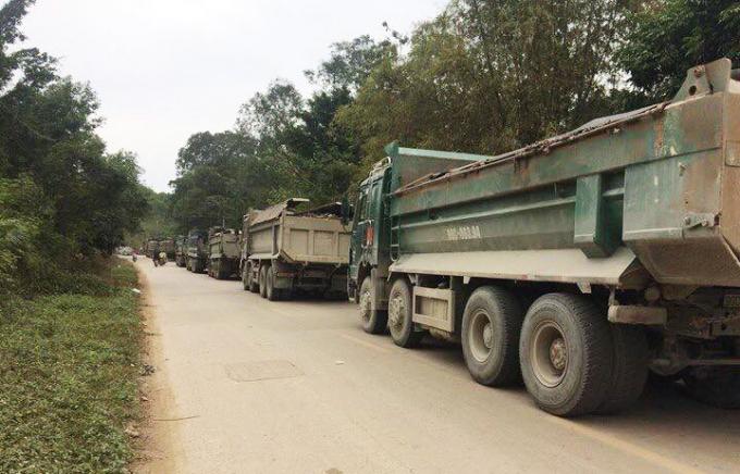 Rất nhiều chiếc xe chở chất thải vào rừng đặc dụng của công ty H.P bị người dân ngăn chặn.