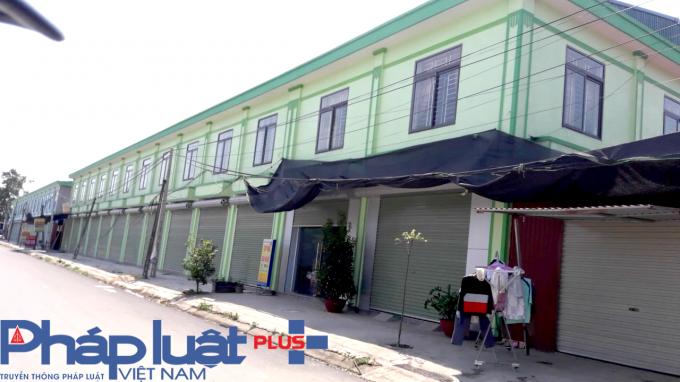 Hàng chục ki-ốt củaCông ty TNHH Xây dựng Hoa Sen có địa chỉ tại thôn Hoàng Mai, xã Hoàng Ninh, huyện Việt Yên (Bắc Giang) xây dựng trái phép nhưng vẫn được doanh nghiệp này ngang nhiên rao bán.